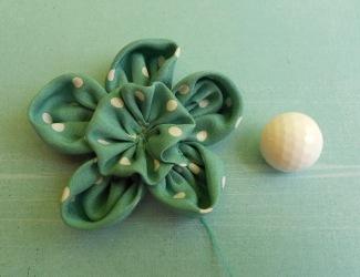 a kis fodor rögzítése a virág alapon...