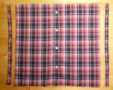 Az ing oldalainak levágása a négyzet alak eléréséhez.