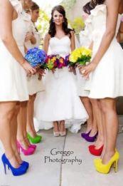 1. fehér ruhák színes cipőkkel