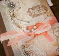 3. csipke, korall szín és megsárgult papír