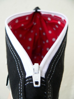 piros-fehér pöttyös bélés