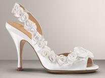 elöl és hátul is nyitott fehér cipő virágokkal
