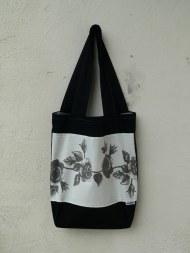 fekete alapon rózsás táska