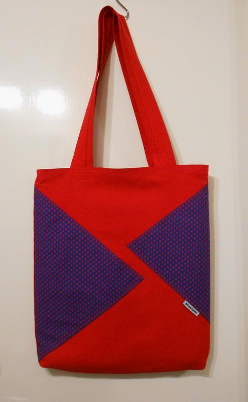 a geometrikus mintás, pöttyös táska