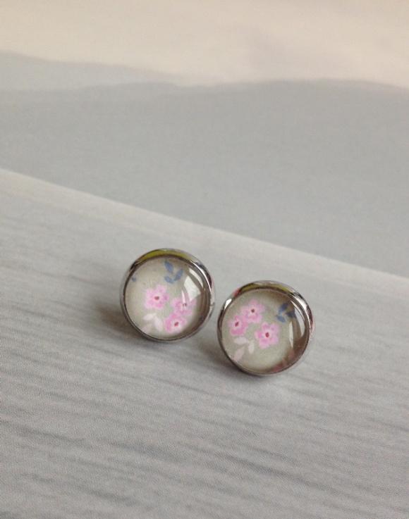 bedugós fülbevaló, apró rózsaszín virágokkal