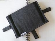 nyitott állapotban látszik a két fekete gumi, ami megtartja az iPadet
