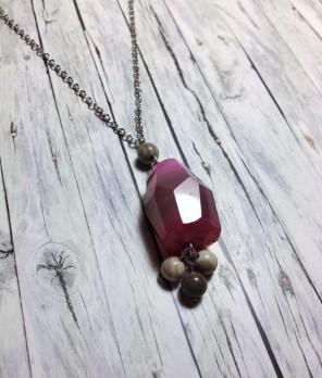 rózsaszín ásványos nyaklánc alulról