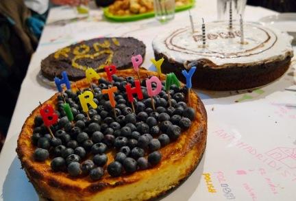 Roni szülinapi tortái, a jobb hátsót Zsófi készítette : )