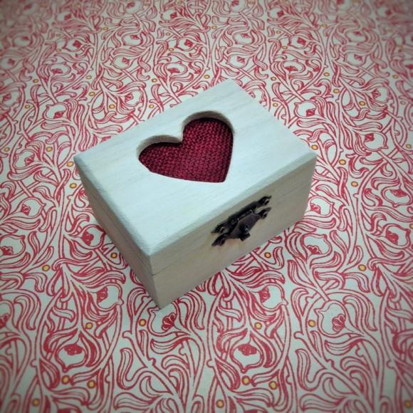 gyűrűtartó doboz fehér-bordó színkombinációban